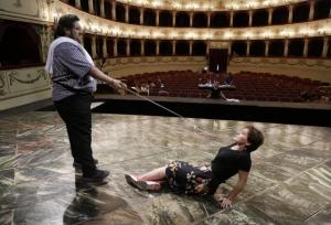 Nicola Alaimo prova una scena di Trovando e Dorliska (Foto Amati Bacciardi)