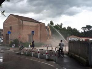 Il capannone abbattuto oggi (Foto tratta da Facebook)