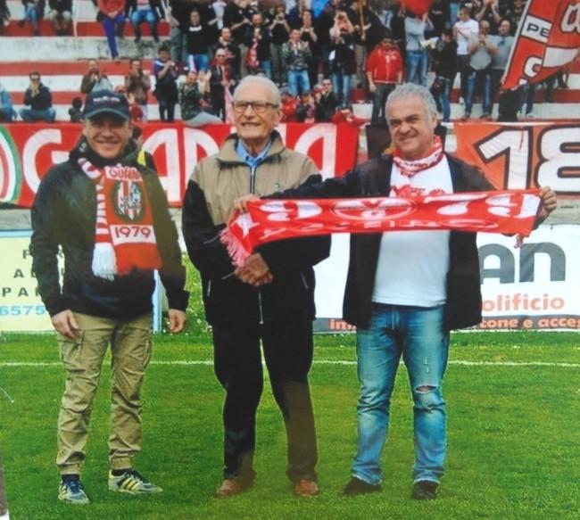 Enzo Trebbi fra il figlio Carlo (a sinistra) e Corrado Stefanini