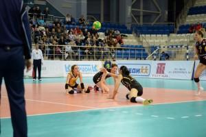 Cade o non cade? E' la domanda che ci si pone osservandola palla sulle teste delle tre giocatrici in maglia VakifBank (Foto Cev)