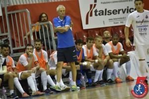 Fulvio Colini tecnico dell'Italservice davanti alla panchina del Pesaro calcio a 5