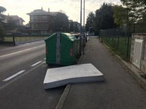 Il materasso abbandonato in strada in Via Petrarca