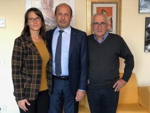 Silvia e Renato Ceccolini ai fianchi del direttore provinciale di Confcommercio Amerigo Varotti