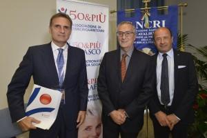 Alberto Dolci, Presidente 50&Più e Amerigo Varotti, Direttore Confcommercio, con il premiato della precedente edizione, Franco Roberti (Foto Luca Toni)
