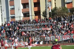 I tifosi pesaresi in uno dei precedenti derby di Fano