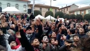 La folla di Acqualagna alle prese con il lancio dei tartufi