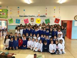 I bambini della scuola di Case Badioli con il Sindaco Pascuzzi, l'assessore alla pubblica istruzione Biagioni, la dirigente scolastica Leonessa e le insegnanti
