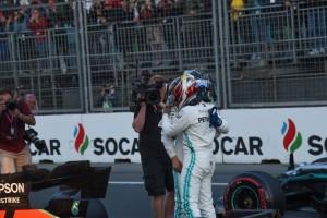 L'abbraccio fra Bottas e Hamilton dominatori anche a Baku