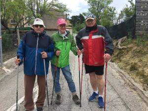 Paolo Teobaldi (al centro) e due amici del cammino quotidiano sul colle San Bartolo