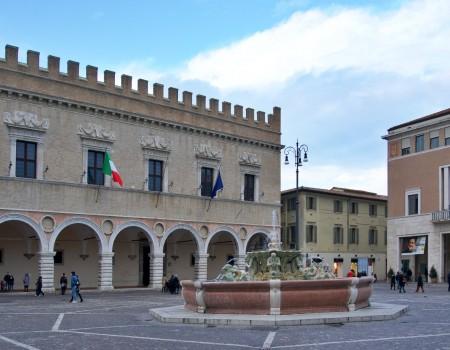 La Prefettura di Pesaro in piazza del Popolo