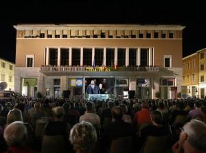 Anche da Piazza del Popolo hanno applaudito i protagonisti- qui è Nicola Alaimo a cantare (Foto Amati Bacciardi)