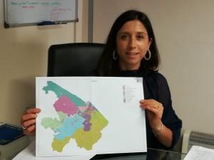 L'assessore comunale Mila Della Dora con la mappa dei quartieri