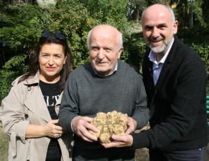 Il sindaco Luca Lisi con la famiglia Tofani