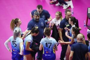 Un time-out di coach Saja con le ragazze dell'Omag San Giovanni in Marignano (Foto Rubin/LVF)