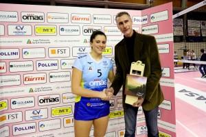 Ilaria Battistoni premiata da Claudio Galli dopo un successo dell'Omag lo scorso 10 novembre (Foto LVF)