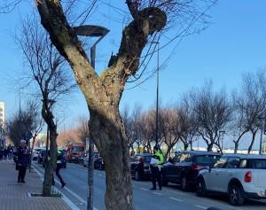 L'intervento della polizia municipale a mezzogiorno davanti al Cruiser, in Viale Trieste