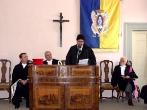 La cerimonia ad Urbino del 2005: da sinistra il prorettore Vicario Mauro Magnani, il rettore Giovanni Bogliolo, Luis Sepulveda e il Preside della facoltà di Lettere Giorgio Cerboni Baiardi.