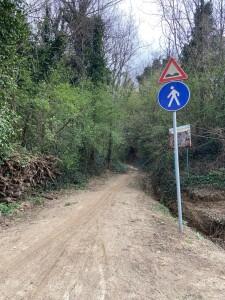 Il sentiero della Croce è vietato ai ciclisti, ma guardate il segno lasciato dalle gomme e capirete come si comportano