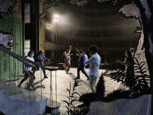 Teatro Rossini, un momento della preparazione alla prima di sabato sera (Foto Amati Bacciardi)