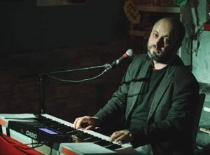 Mirko Bertuccioli durante un concerto dei Camilllas