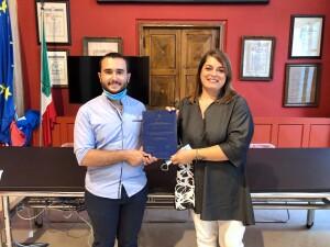 L'assessore Morotti premia lo studente con tesi sulla Caretta Caretta