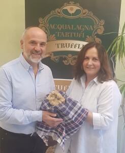 Il sindaco Luca Lisi con la commerciante Emanuela Bartolucci