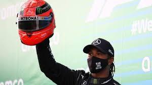 Hamilton su podio con il casco di Schumacher donatogli dal figlio Mick