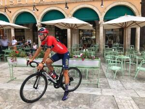 Vincenzo Nibali, fotografato per Marche Tourism, nella splendida piazza di Ascoli Piceno