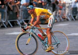 Marco Pantani in sella alla bici con cui vinse il Tour de France 1998