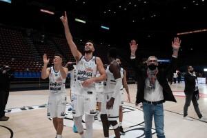 Alcuni giocatori dell'Happy casa festeggiano dopo il successo a Milano (dalla pagina Facebook)