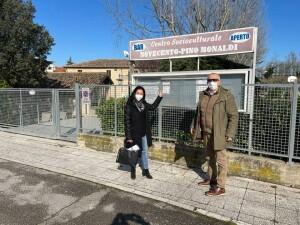 Gli assessori Mila Della Dora e Enzo Belloni al Centro Sociale Monaldi di via Del Novecento, sede di Pesaro per i vaccini agli Over 80
