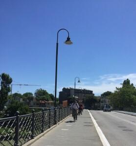 Sullo-stesso-ponte-lex-assessore-Biancani-guida-alcuni-ciclisti-che-visitano-la-città-