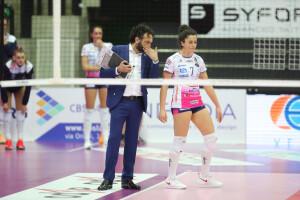 La palleggiatrice fanese Ilaria Battistoni ascolta i consigli dell'allenatore Stefano Lavarini (Foto Rubin/LVF)