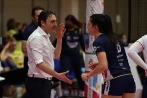 Matteo Bertini parla con una giocatrice della Delta Despar Trentino (Foto Mazza:LVF)