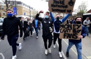 Tifosi del Chelsea protestano contro la Superlega di calcio (foto da Twitter)