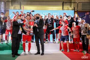 Tonidandel alza la Coppa Italia festeggiato dai compagni