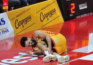 Tyler Cain dolorante nel match con Brindisi