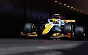 Vola verso il podio Lando Norris con la sua McLaren