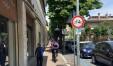 La segnaletica verticale è inequivocabile,  ma i ciclisti utilizzano il marciapiede di Via De Gasperi come fosse Bicipolitana.  Vigili urbani e Comune assenti