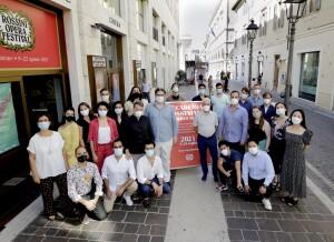 Gli allievi dell'Accademia Rossiniana 2021 posano davanti al Teatro Sperimentale che ospiterà il concerto finale (Foto Amati Bacciardi)