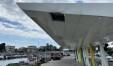 La tettoia rotta e sullo sfondo il bel murale che racconta la storia del porto