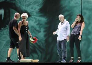 Graham Vick durante le prove diSemiramide, nel 2019, la sua ultima presenza al Rossini Opera Festival (Foto Amati Bacciardi)