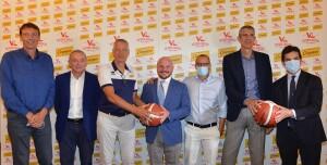 Dirigenti e sponsor con coach Petrovic