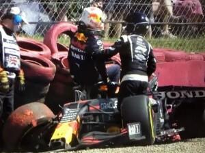Verstappen esce incolume assistito dai commissari dopo il forte impatto