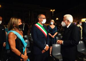 Il Gala Rossini è terminato: il sindaco Ricci e signora salutano il Presidente della Repubblica Sergio Mattarella  (Foto Amati Bacciardi)