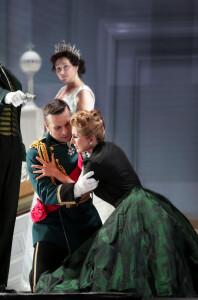 Sergey Romanovsky e Salome Jicia durante le prove di Elisabetta regina d'Inghilterra (Foto Amati Bacciardi)