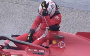 La disperazione di Leclerc per l'incidente che incolpevolmente lo ha tolto subito dalla gara