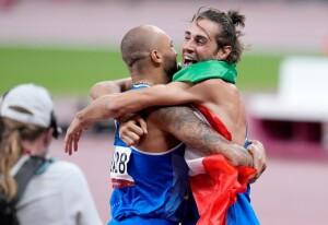L'abbraccio tra Tamberi e Jacobs dopo le medaglie d'oro (foto da Twitter)